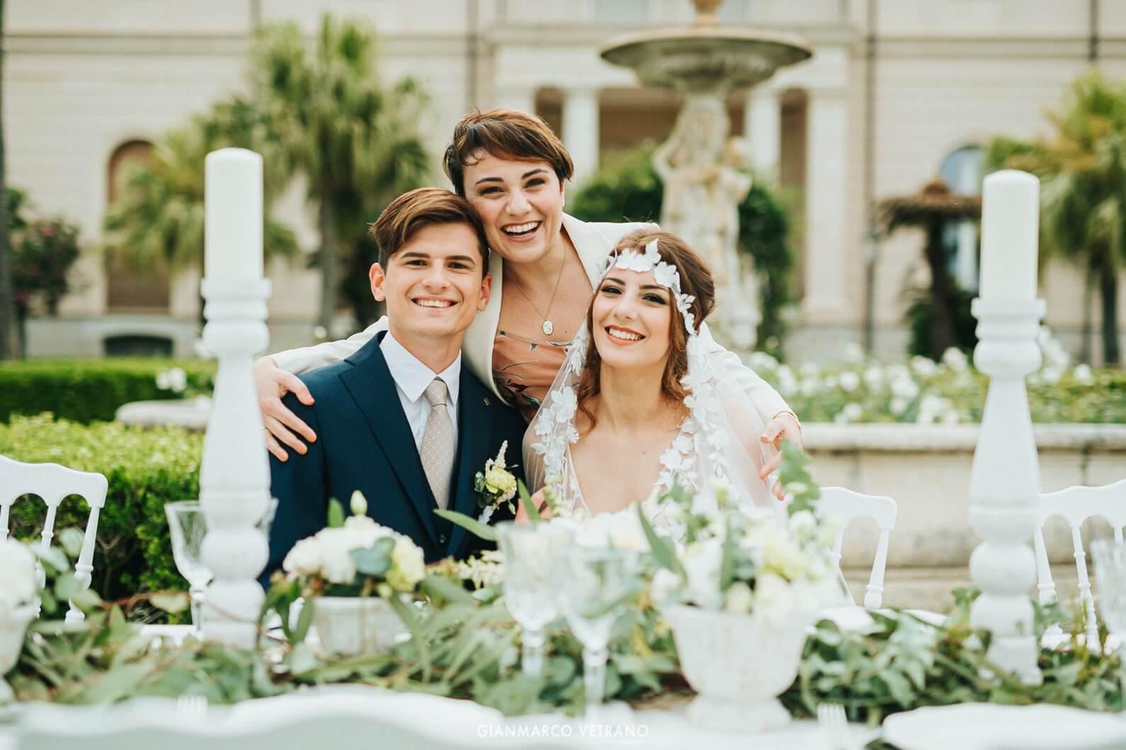 Tania Costantino, wedding planner, abbraccia una coppia di sposi durante il loro matrimonio in Sicilia