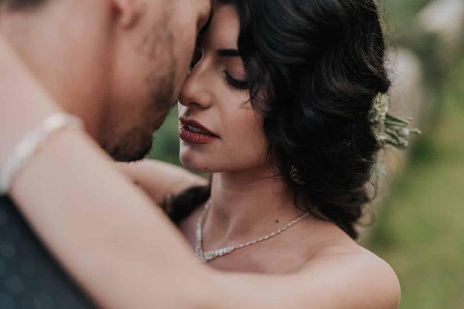 coppia di sposi innamorata che si abbracciano