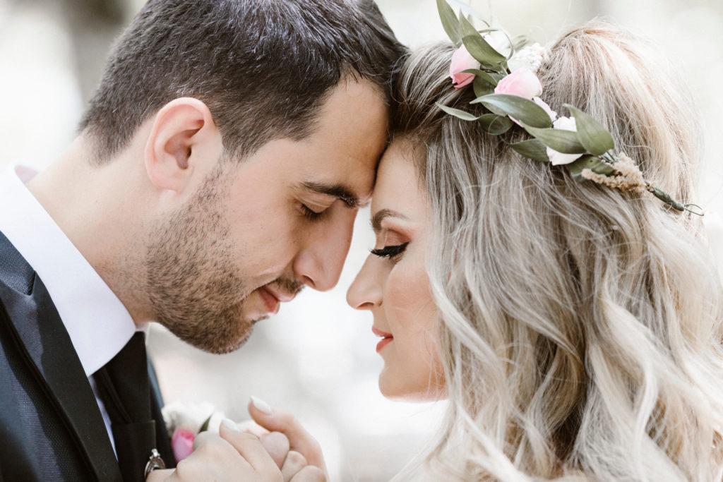 coppia si stringe le mani per affrontare il matrimonio rinviato insieme