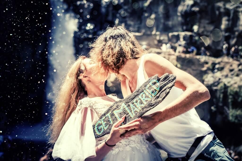 foto di coppia che si bacia
