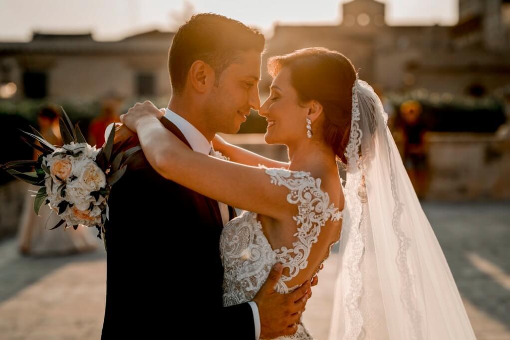 lo sposo abbraccia la sposa in Sicilia