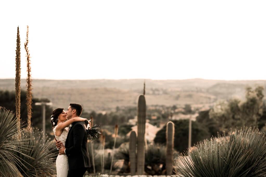 Romantica foto degli sposi tra le piante grasse siciliane