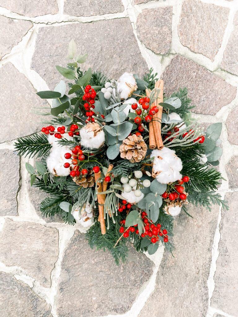 Un-cemtrotavola-natalizio-fatto-con-colori-ed-elemti-naturali