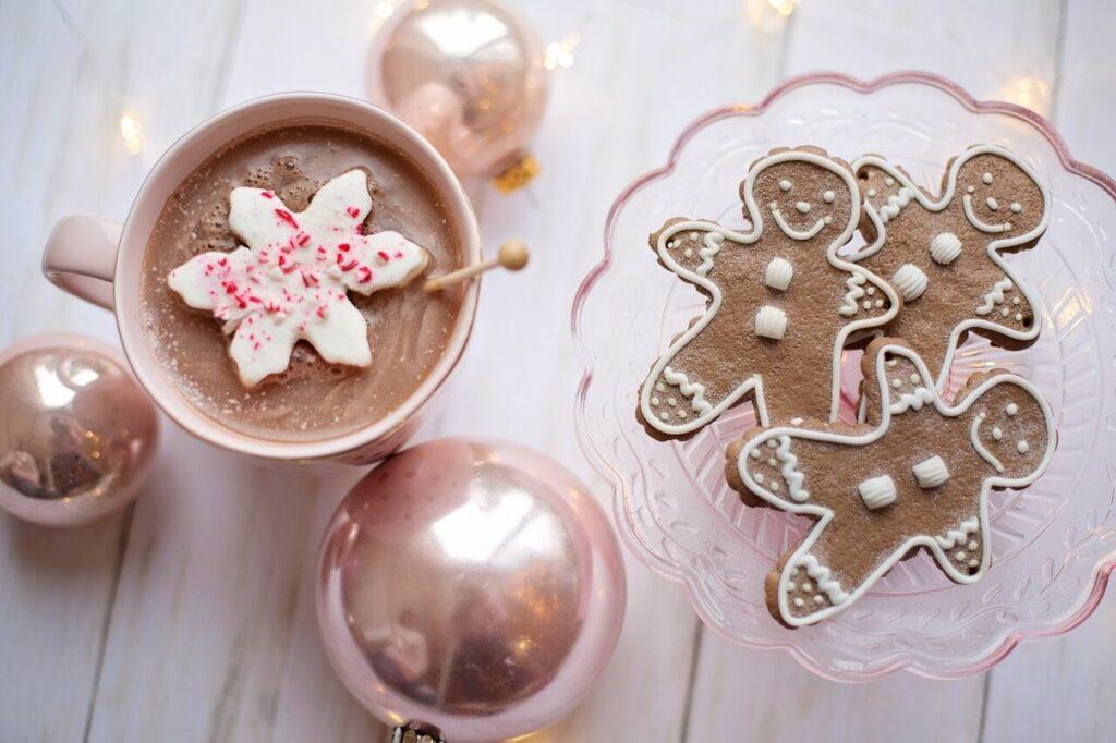 tazza-di-Natale-e-biscotti-a-forma-di-omini-di-pan-di-zenzero