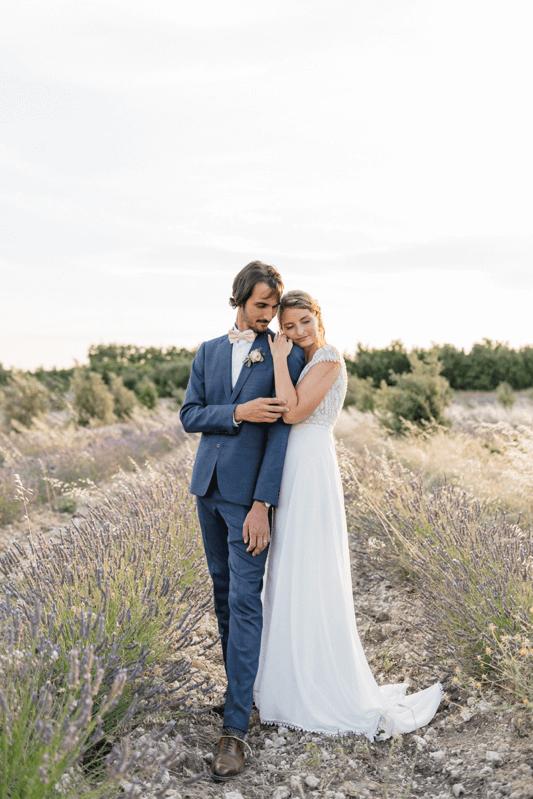 spouses-embrace-in-a-field