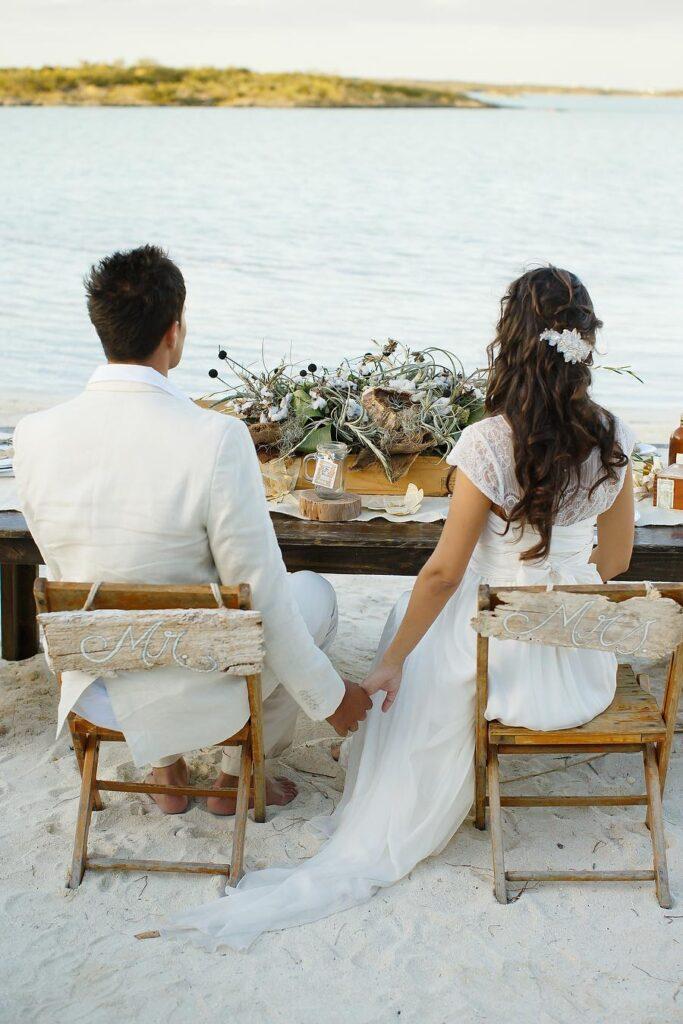 la-coppia-guarda-il-mare-nel-giorno-del loro-matrimonio-in-spiaggia