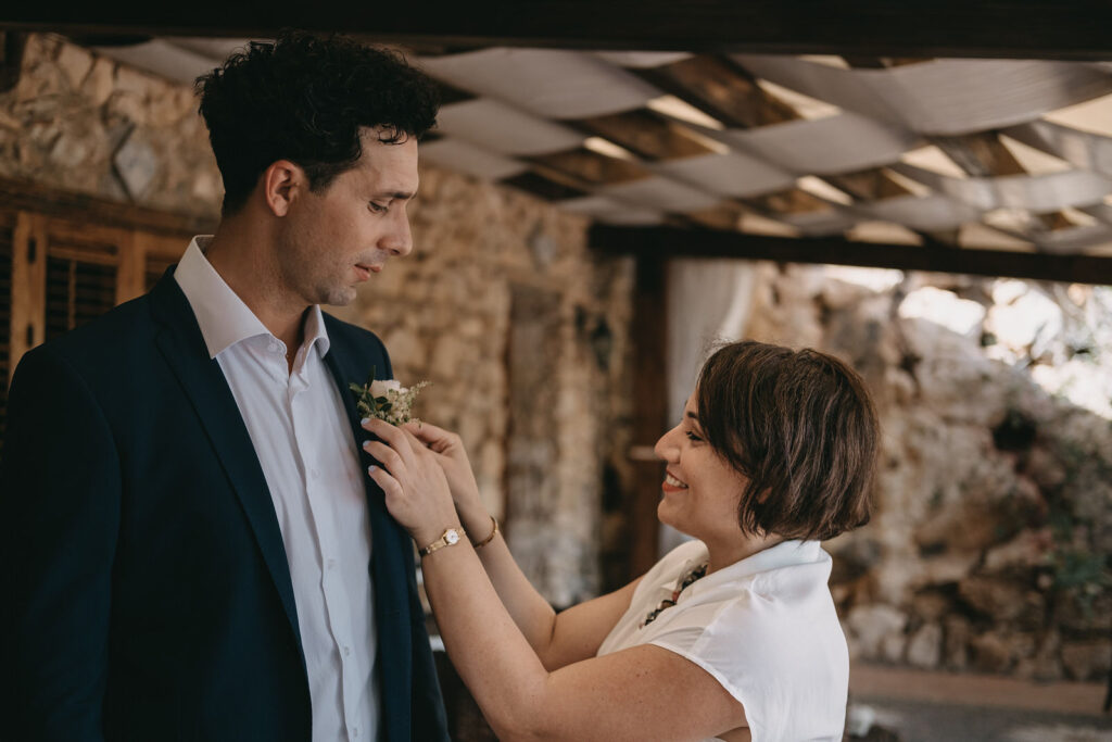 wedding-planner-tania-costantino-helps-the-groom-to-wear-the-button-hole-flower