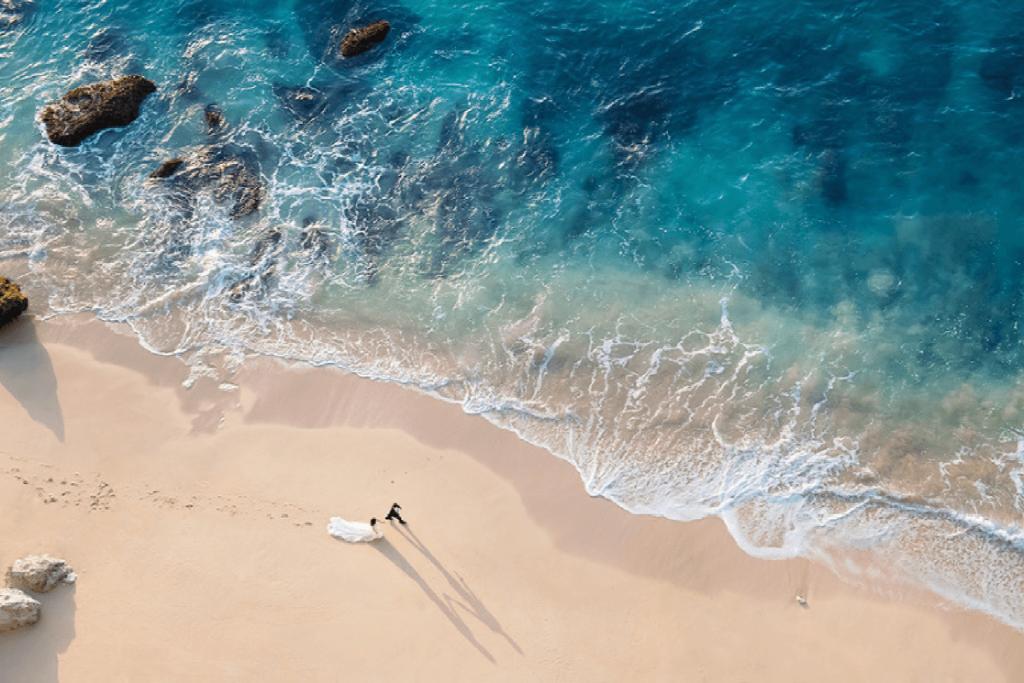 sposi-sulla-spiaggia-vista-dall alto
