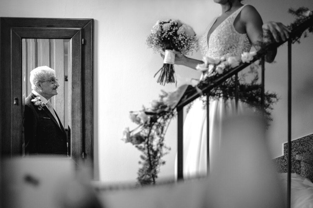 sposa-scende-le-scale-di-casa-tenendo-il-bouquet-regalato-dalla-famiglia