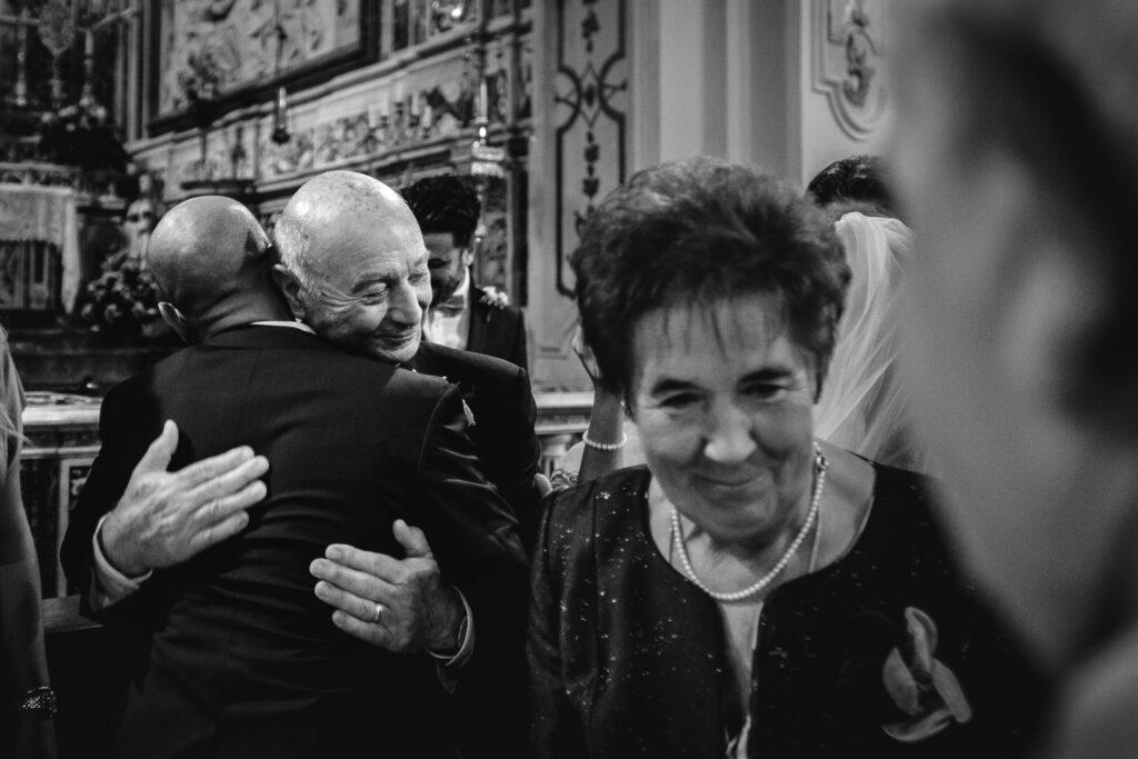 compari-di-anello-si-abbraciano-dopo-la-cerimonia-religiosa