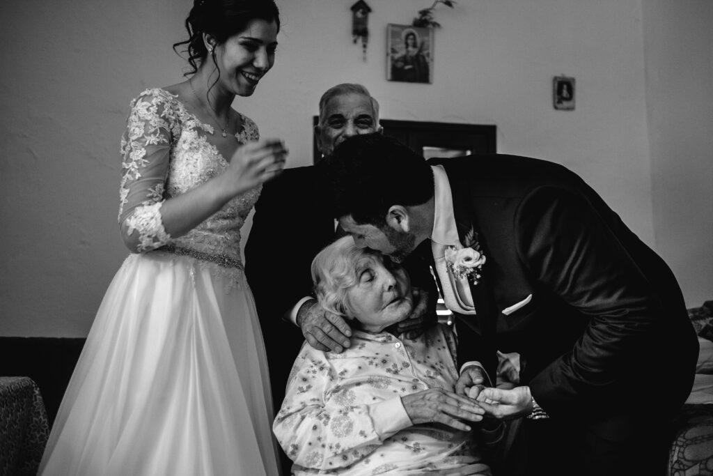 lo-sposo-bacia-con-affetto-la-nonna-anziana