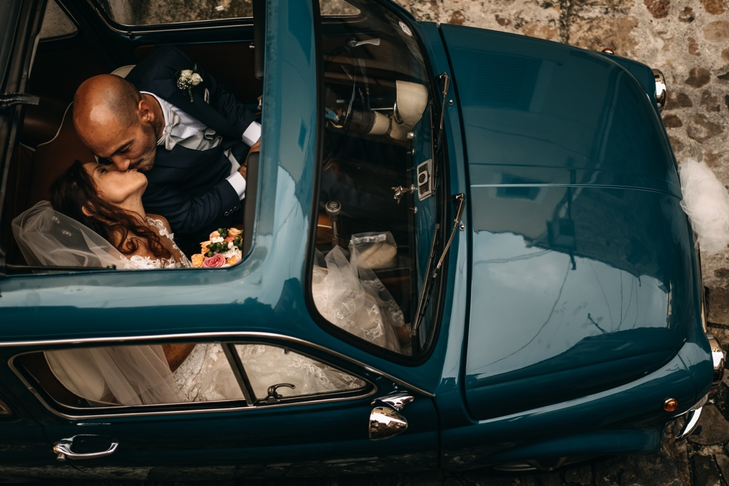 Bride-and-groom-kiss-in-the-car