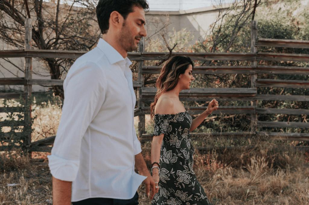fuori-sposi-camminano-mano-nella-mano