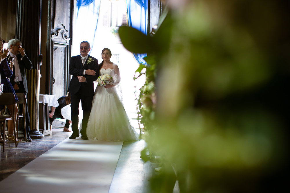 Entrance-into-the-church-bride-and-her-father